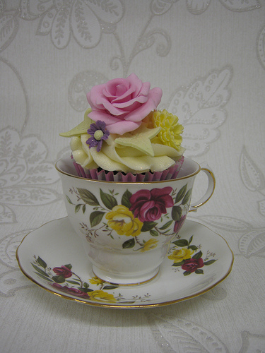 Flower-Cupcake-in-Matching-Tea-Cup